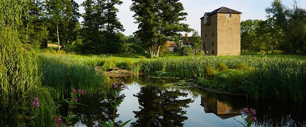 Pond surrounded by greenery in the countryside of Worcestershire